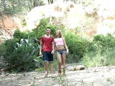Парень трахает в лесу бразильскую блондинку с маленькой грудью