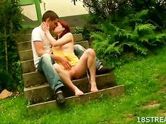Худая рыжая подруга трахается с бойфрендом на траве возле дома