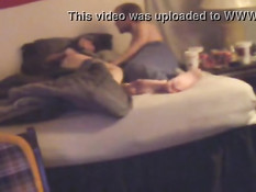 Парень в очках разбудил свою подругу и отымел раком на кровати