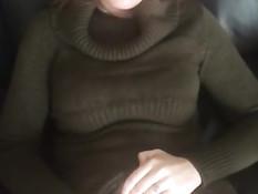 Девчонка в свитере дрочит бойфренду член и мастурбирует клитор