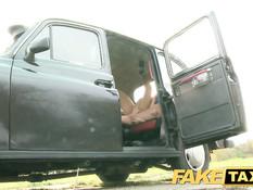 Похотливый водитель такси отодрал в машине приезжую брюнетку