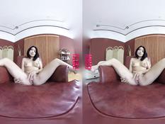 Секси брюнетка Rina Ellis снимает розовые трусики и мастурбирует