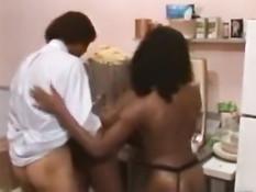 Мулатки трахаются с чёрными парнями и занимаются лесби сексом