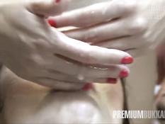 Парни заливают спермой широко открытый рот девушки Miyuki Son