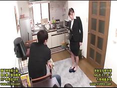 Покорная японка в деловом костюме ублажает своего господина