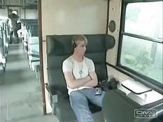 Перевозбуждённый армейский гей в поезде трахается с попутчиком