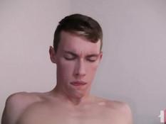 Симпатичный гей отсосал у друга член и дал отодрать себя в очко
