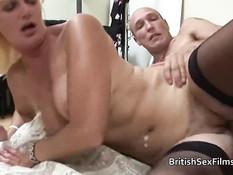 Британская блондинка в чёрных чулках ебётся с двумя мужчинами