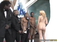 Блондинку с тату на животе отымели и обкончали похотливые чёрные парни