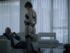 Паренёк ебёт на кровати горячих брюнеток Sofi Ryan и Vicki Chase
