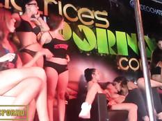 Порноактрисы выходят на сцену и раздеваются догола возле шеста