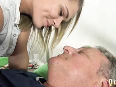 Молодая медсестра и блондинка лечат сексом заболевшего дедулю