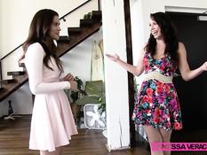 Девки Aidra Fox и Vanessa Veracruz занимаются лесбийским сексом