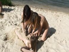 Обнажённые юные лесбиянки купались и загорали на речном пляже