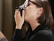 Босс лесбиянка April O\'Neil трахает свою подчинённую Jenna Sativa