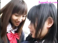 Две застенчивые японские студентки целуются и задирают юбочки