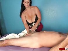 Зрелая брюнетка с большой грудью делает массаж и дрочит член