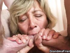 Светловолосая мамочка трахается с двумя молодыми любовниками
