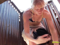 Скрытая камера сняла девок переодевающихся в пляжной кабинке