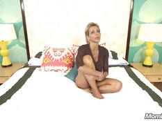 44-летняя блондинка с большой грудью захотела сняться в порнухе