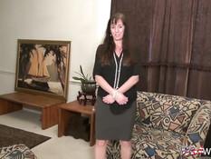 Американская мамочка снимает чёрное бельё и играет с вибратором