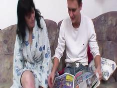 Молодой любовник на диване отымел в киску сиськастую мамочку
