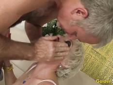 Мужик трахает на диване красивую зрелую блондинку Dalny Marga