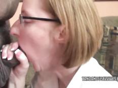 Пожилая женщина в очках Layla Redd сосёт член у пузатого мужика