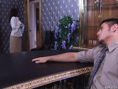 Парень оттрахал на своём рабочем столе сисястую русскую мамочку