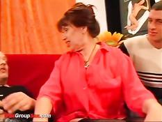 Толстая немецкая домохозяйка ублажает сразу двух любовников