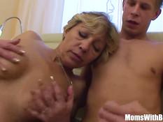 Светловолосая мамочка в сетчатых чулках ебётся с молодым парнем