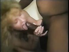 Кудрявая зрелая блондинка затрахала на кровати чёрного мужика