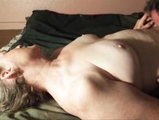 Мужик на кровати отлизывает клитор пожилой светловолосой жене