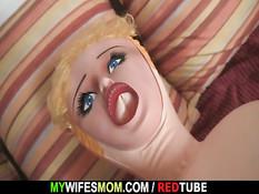 Зрелая мачеха увидела, что парень ебёт куклу и предложила секс