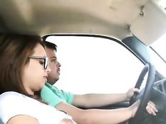 Тёлка в очках трёт свою пизду и отсасывает хуй у водителя машины