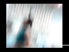 Шалава в красном платье раздевается во время похода по магазину