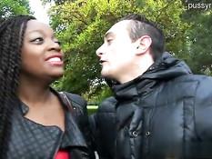 Французская мулаточка трахается с парнями в переходе и в парке