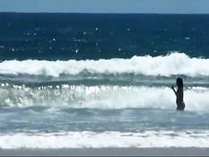 Рыжая девчонка раздевается и отдыхает на австралийском пляже