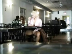 Симпатичная блондинка ласкает грудь и теребит клитор в ресторане
