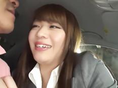 После страстных поцелуев японская красотка раздевается в машине