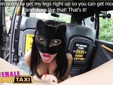 Татуированная британская таксистка занялась лесби сексом с пассажиркой