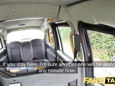 Молодая пассажирка такси трахается с водителем во все дырочки