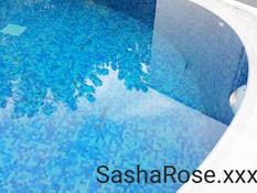Юная брюнетка Sasha Rose мастурбирует на лежаке возле бассейна