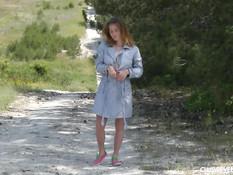 Озорная девка раздевается и мастурбирует на просёлочной дороге