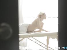Молодая тощая блондинка насладилась массажем и сексом с парнем