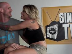 Секс оргия одного лысого мужчины с пятью горячими порно актрисами