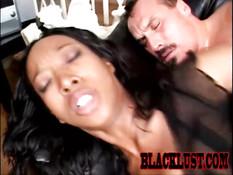 Негритянка Stacey Cash отсасывает хуй и садится на мужика сверху