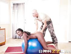 Страстная негритянка Osa Lovely ебётся со своим фитнес тренером