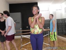 Групповая ганг банг оргия с горячей смуглой девушкой Zoey Reyes