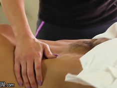 Транс делает эротический массаж мужчине и даёт отодрать себя в очко